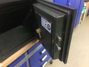 4 sleutelhaakjes aan achterzijde kluisdeur