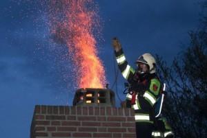 Schoorsteenbrand-met-brandweer-300x201