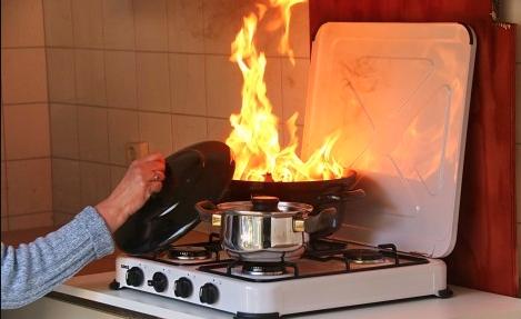 Vlam in de pan blussen met deksel